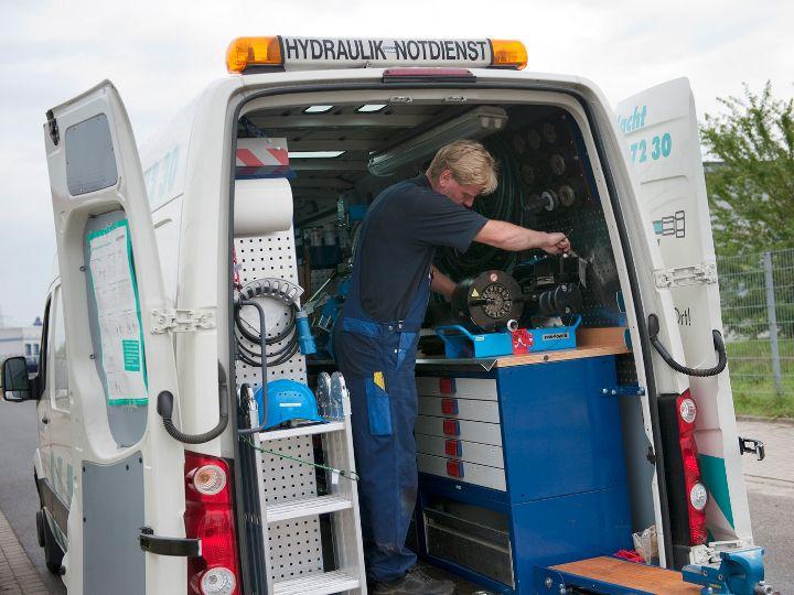 Ein Mitarbeiter bei der Arbeit im Kundendienst-Fahrzeug
