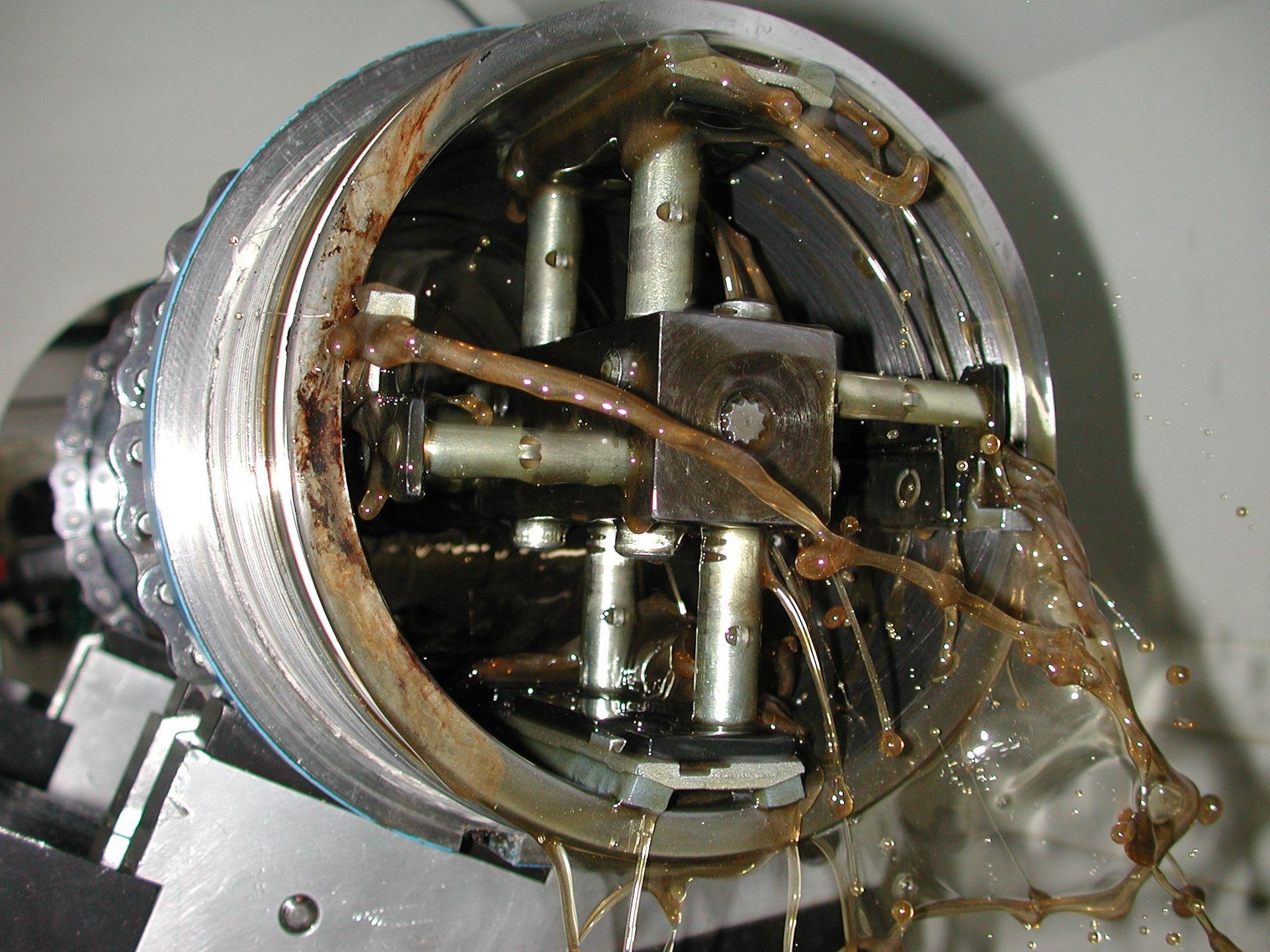 Hohnen und Kreuzschleifen eines Hydraulikzylinders