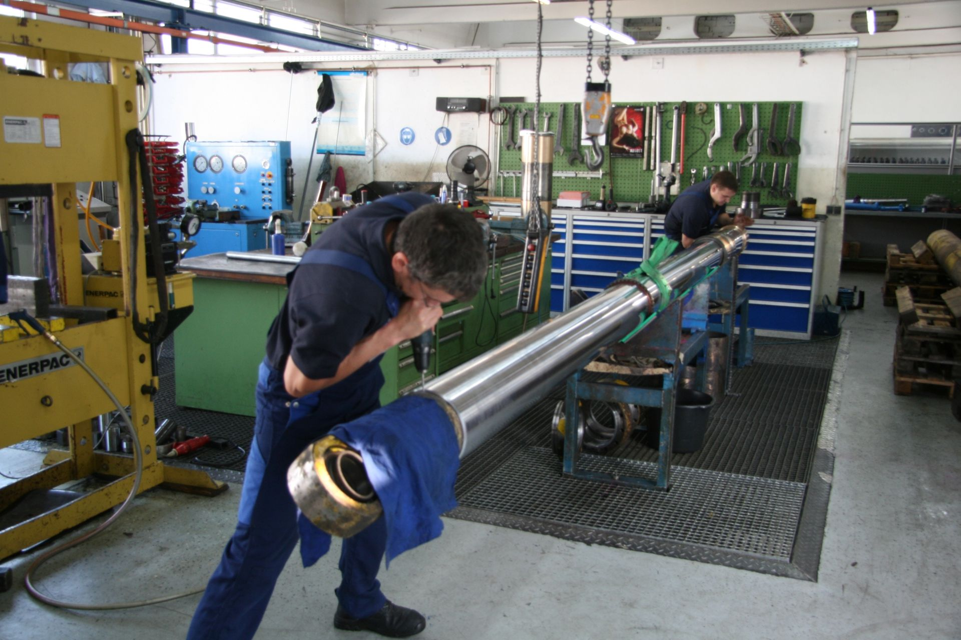 Ein WK HYDRAULIK-Mitarbeiter bei der Reparatur