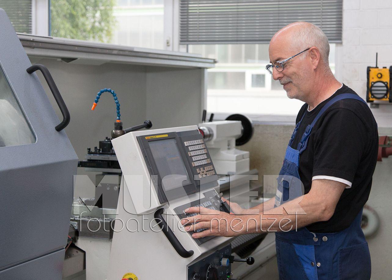 Ein WK HYDRAULIK-Mitarbeiter beim Bedienen einer Drehmaschine