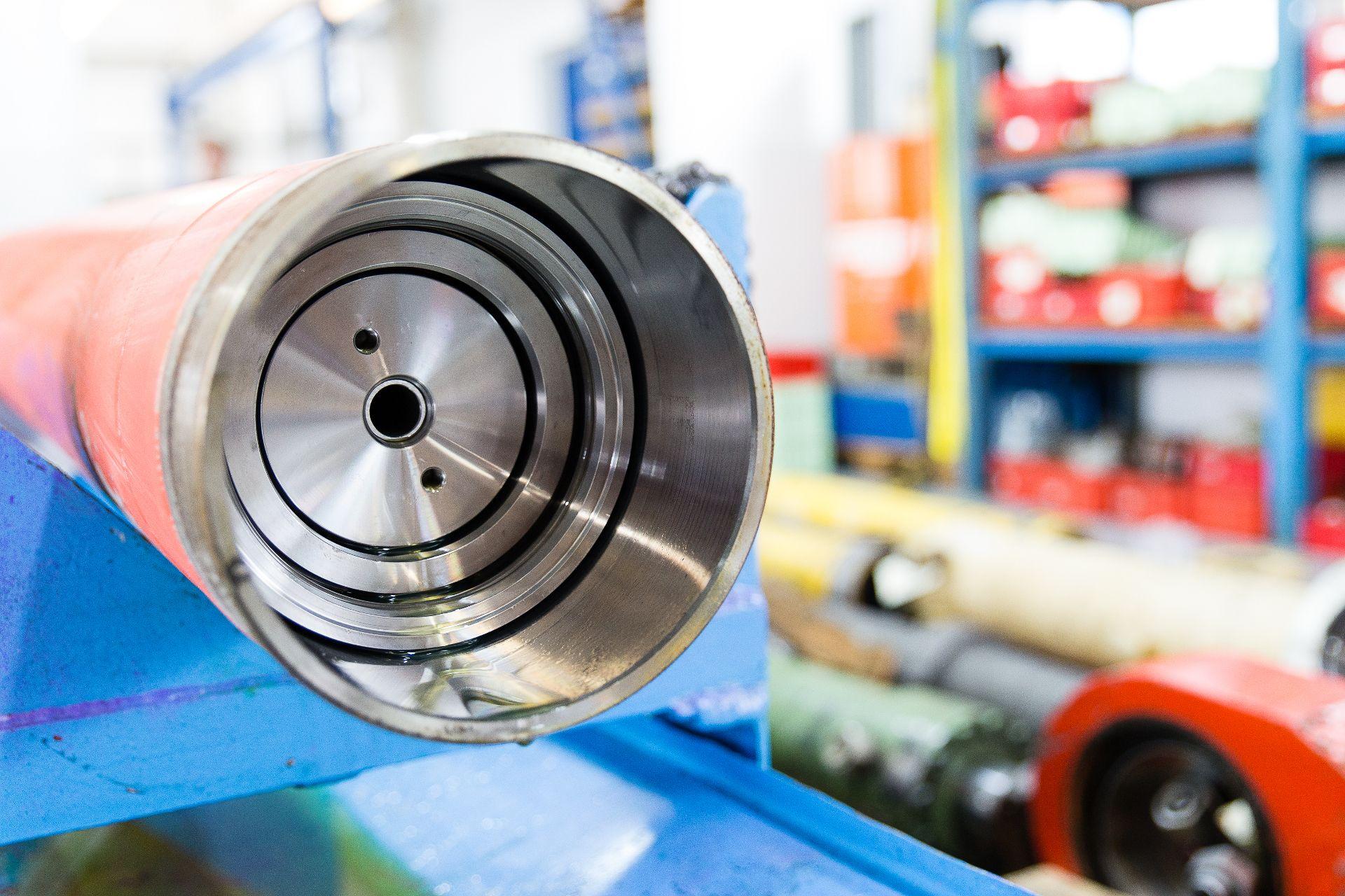 Blick in einen offenen Hydraulikzylinder