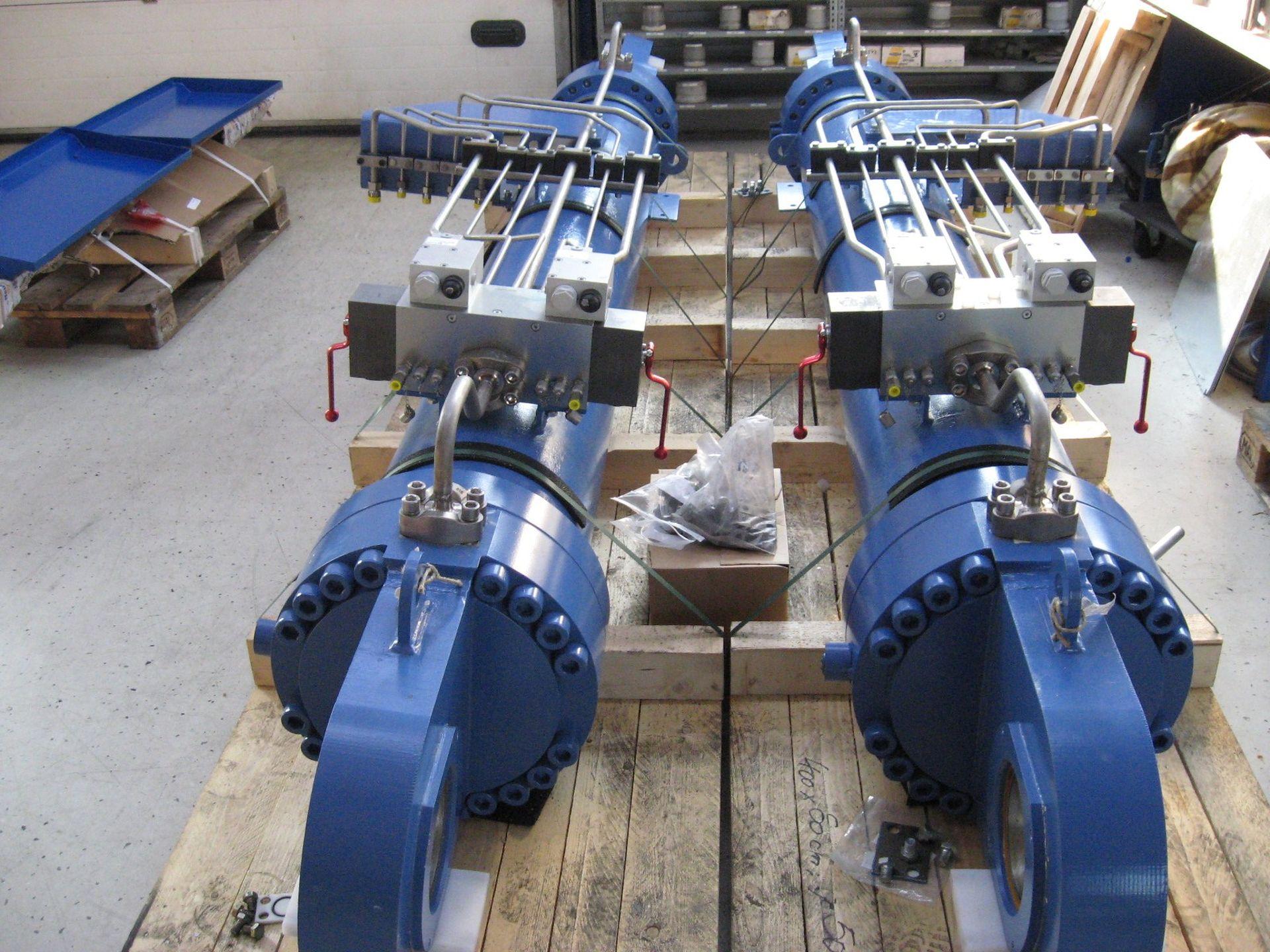 Zwei Hydraulikaggregate auf Paletten sind versandbereit