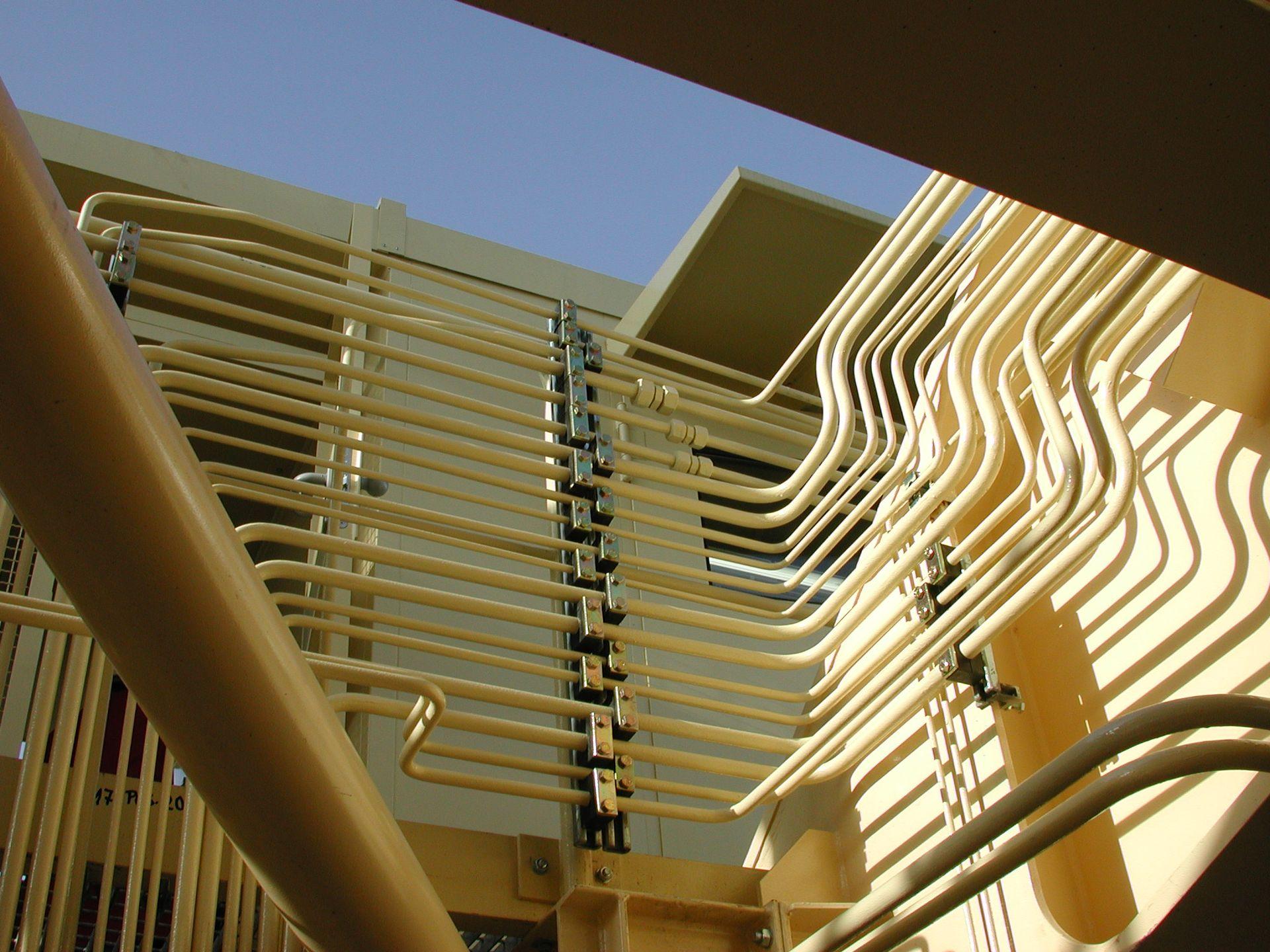 Blick auf Hydraulikrohrleitungen