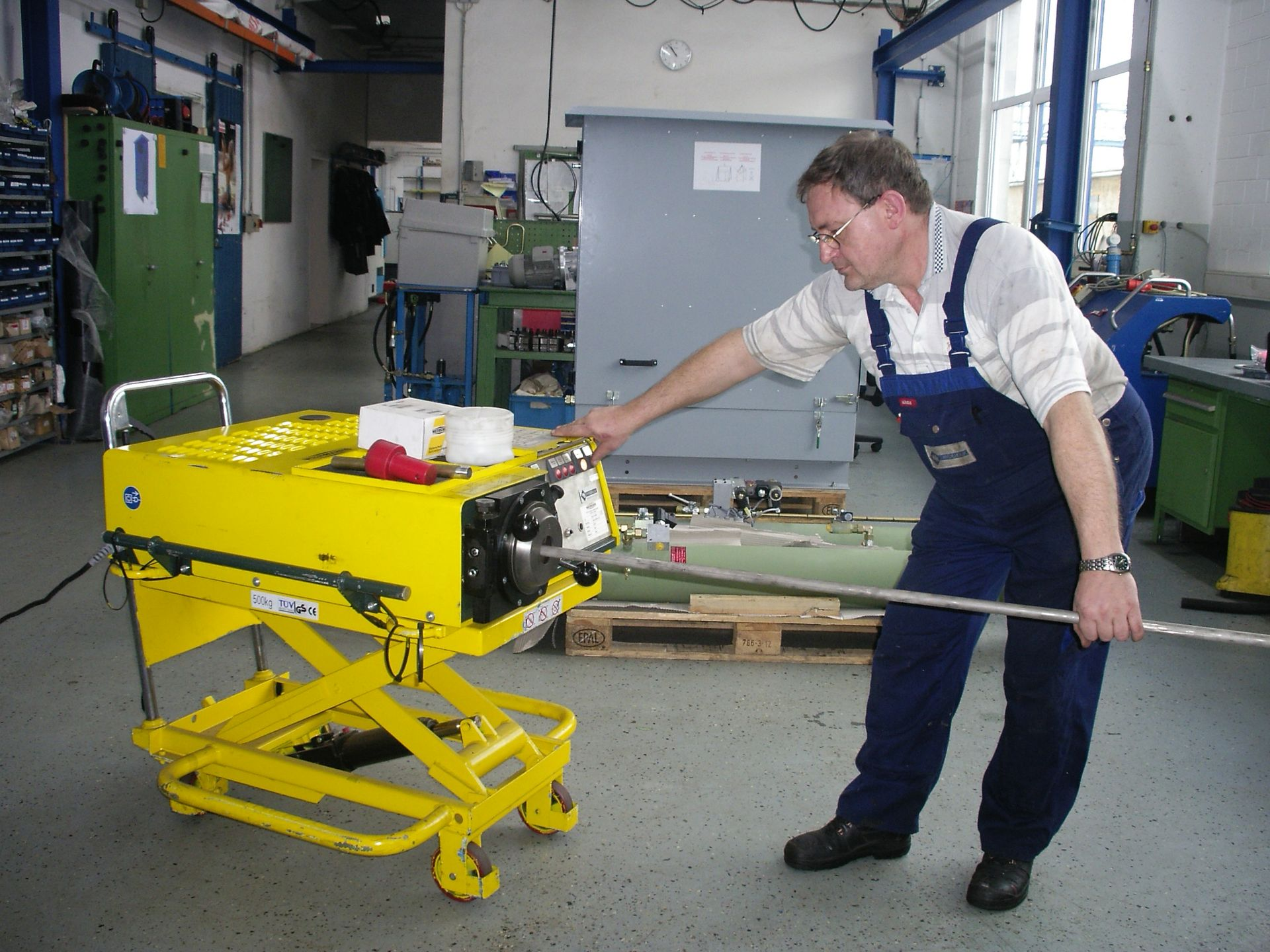 Ein Mitarbeiter bearbeitet ein Hydraulikrohr