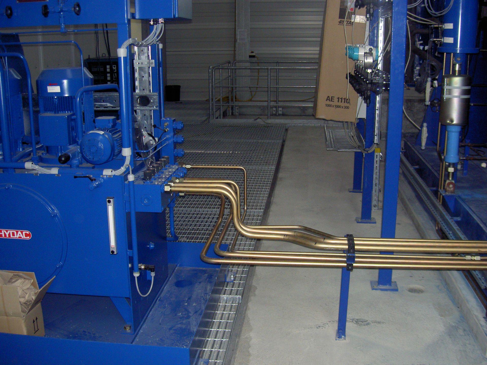 Blick auf die Rohrleitung einer Hydraulikanlage
