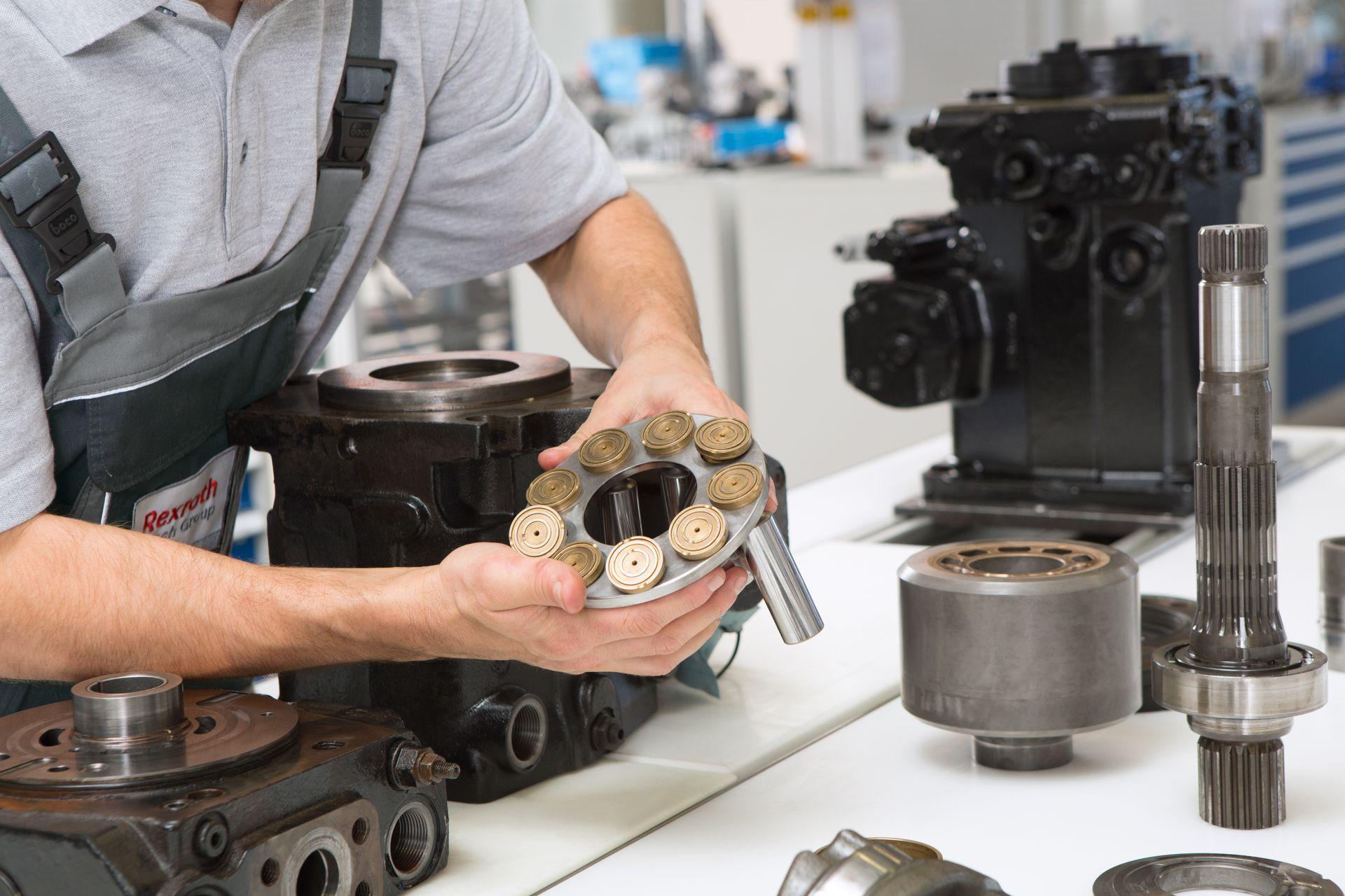 Ein rexroth-Mitarbeiter bei der Reparatur eines Hydraulikbauteils