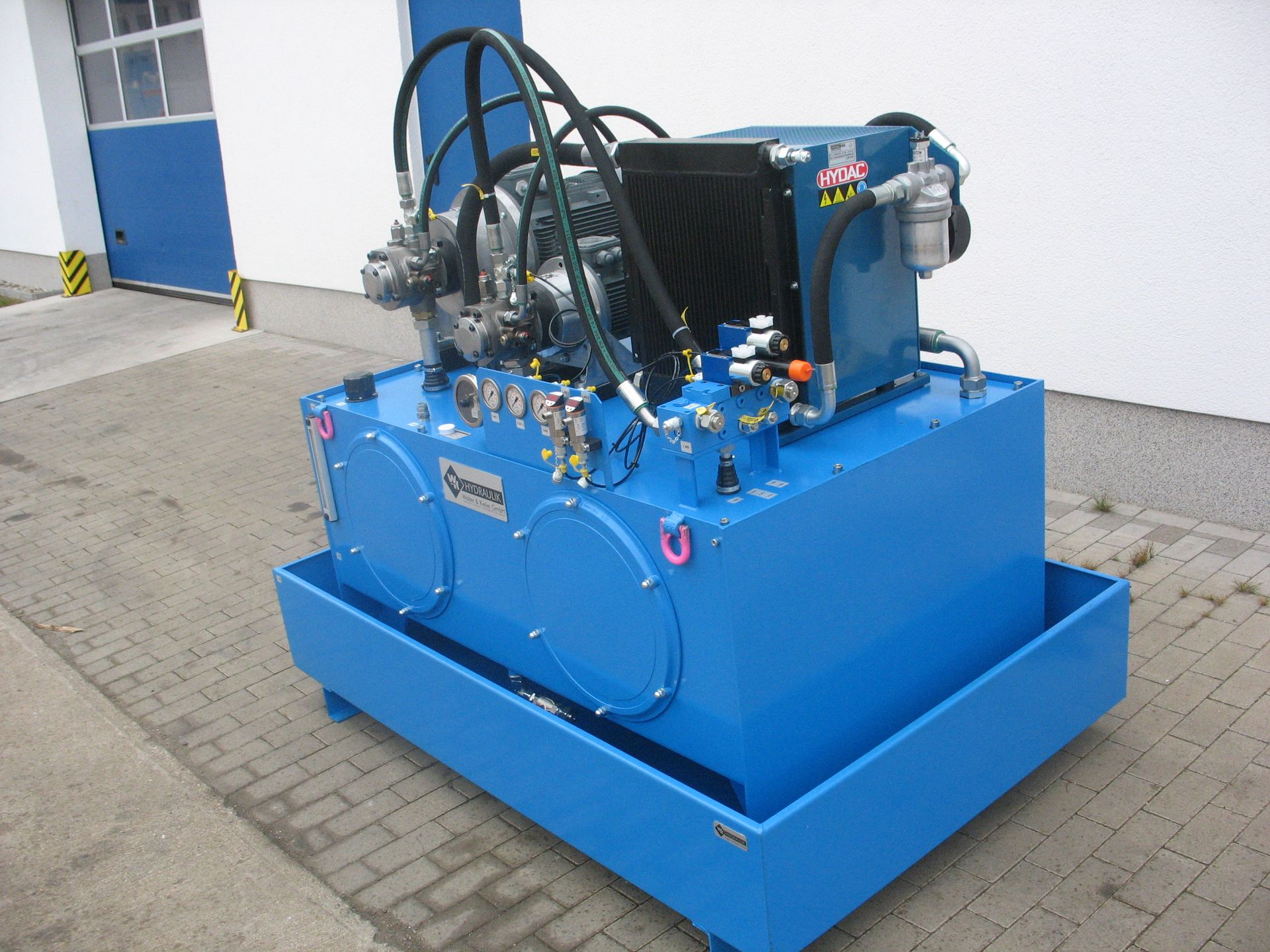 Ein blaues Hydraulikaggregat vor dem Versand