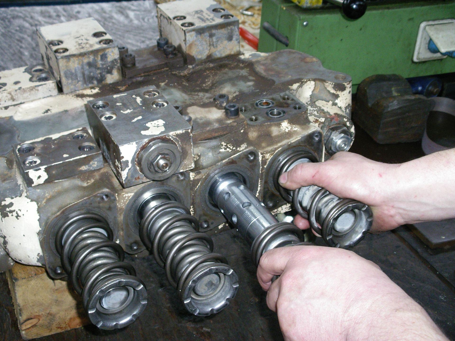 Ein Hydraulikbauteil bei der Montage